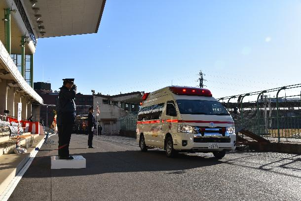 救急車両による分列行進