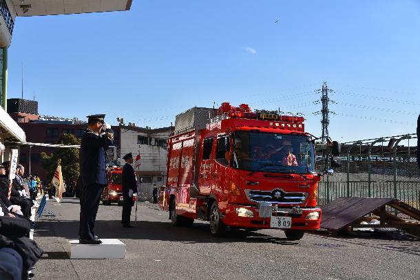 消防車両による分列行進